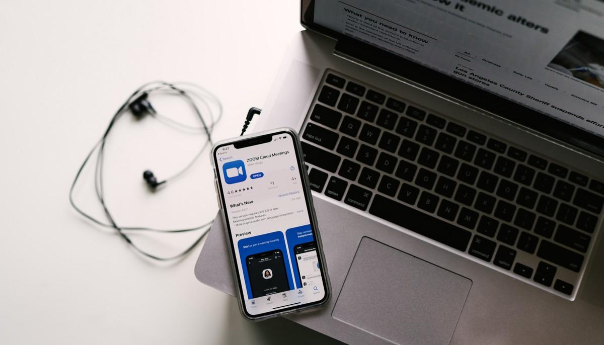 Mobilní telefon se SIM kartou operátora BLESKmobil.