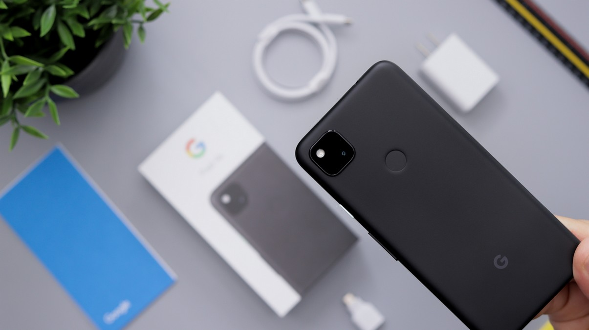 Právě vybalený Google Pixel 5 v černé barvě.