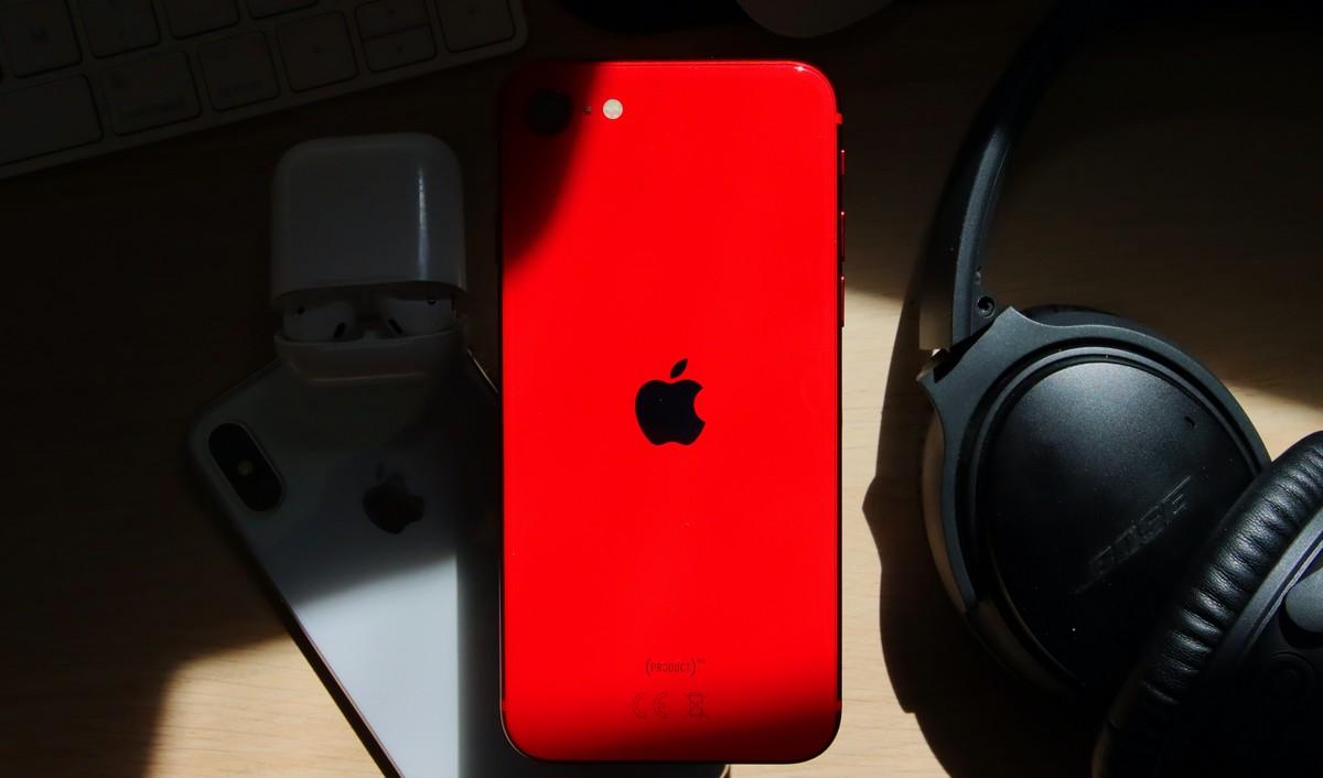 iPhone SE druhé generace v červené barvě.