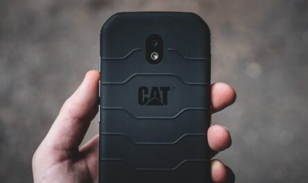 Mezi oblíbené odolné telefony patří značka CAT.