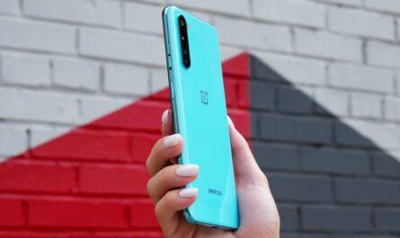 Mobilní telefon OnePlus Nord ve světle modré barvě.
