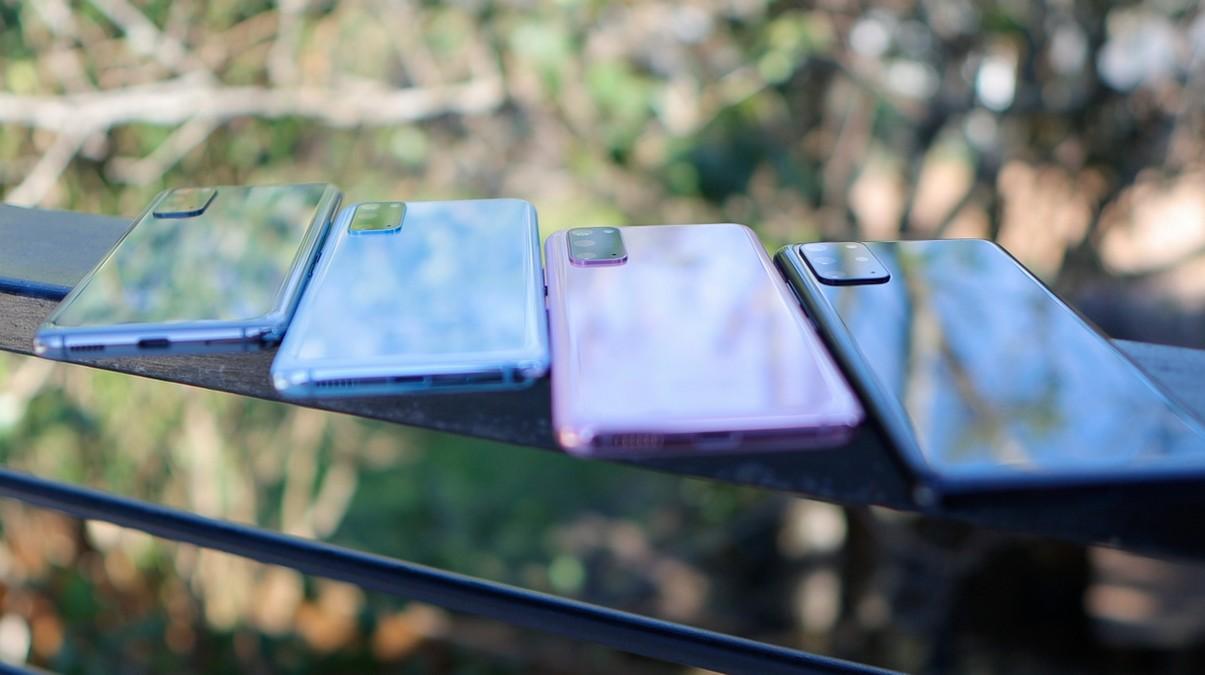 Čtyři mobilní telefony řady Samsung Galaxy S20.