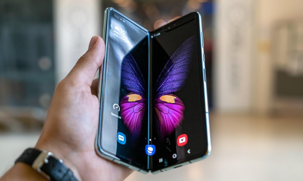 Samsung Galaxy Z Fold 2, který drží uživatel v ruce.