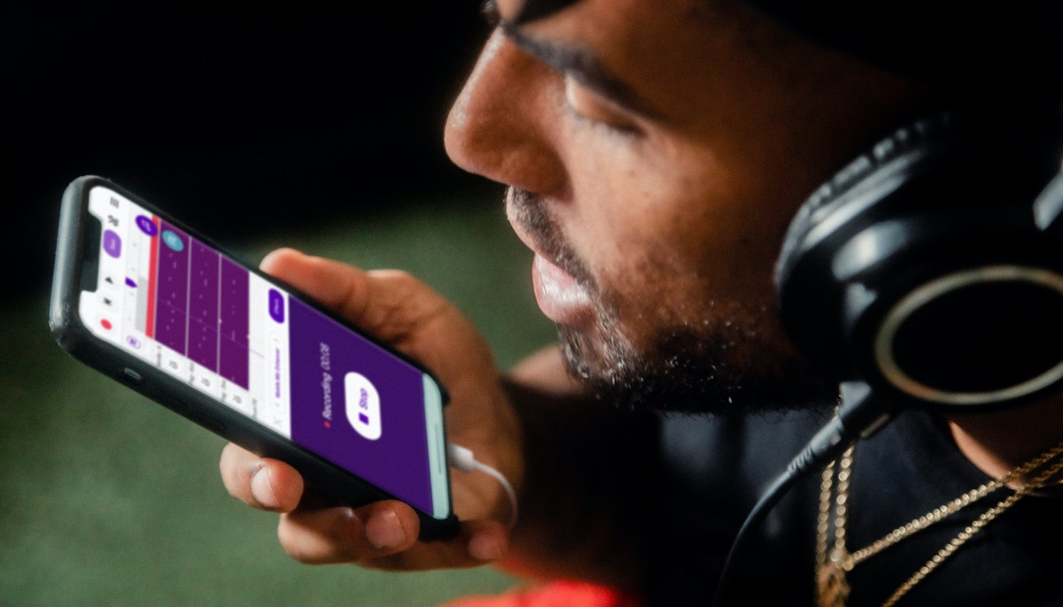 Aplikace Shazam spuštěná na mobilním telefonu.