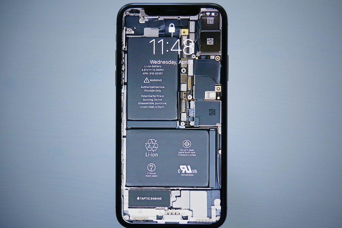 Akumulátor v telefonu, který ovlivňuje výdrž baterie.