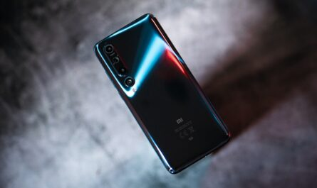 Mobilní telefon Xiaomi Mi 10 5G zezadu.