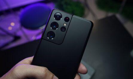 Mobilní telefon Samsung S21 Ultra zezadu.