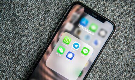 Mobilní telefon, na kterém je nainstalována aplikace Signal.